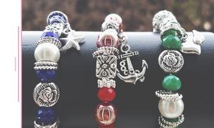Des bracelets fantaisies tendance avec ses breloques et charms